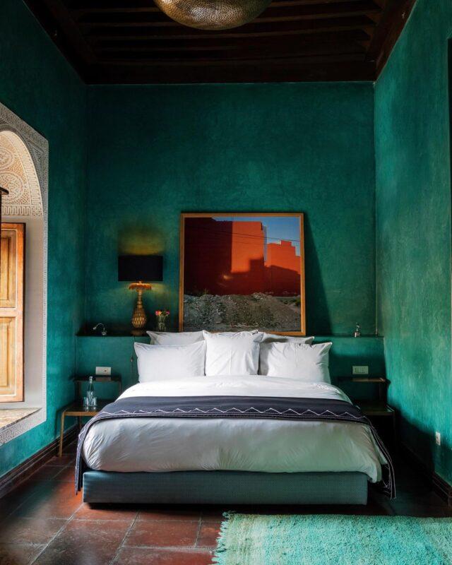 Some sea green tadelakt & beautiful Marrakshi light for you. Enjoy 💚